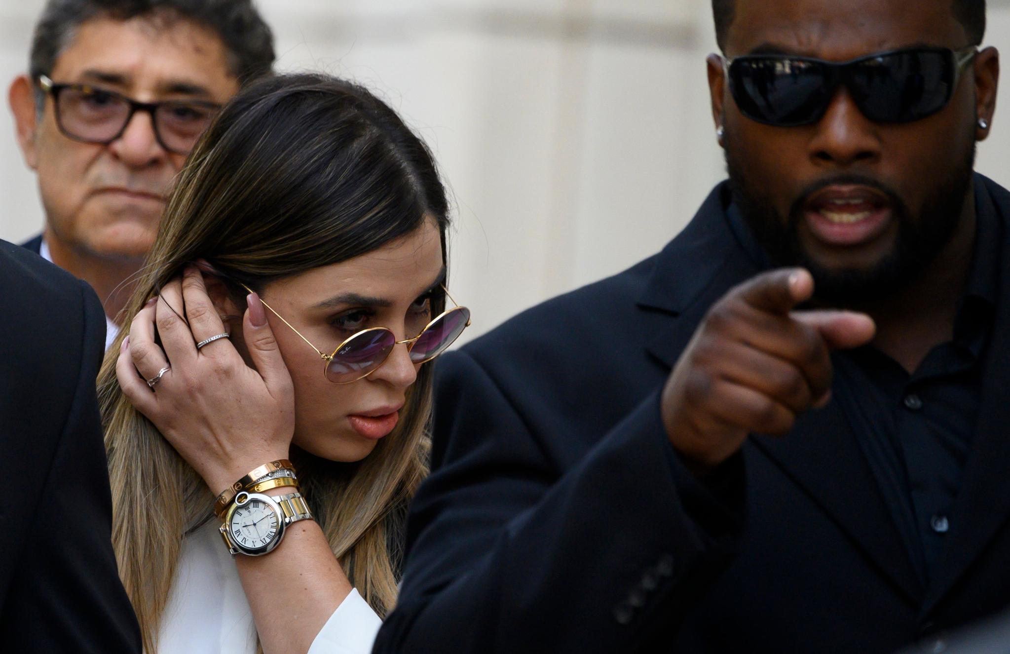 구스만의 아내인 엠마 코로넬(Erma Coronel)이 17일(현지시간) 브루클린 연방 법원을 빠져나가고 있다. [AFP=연합뉴스]