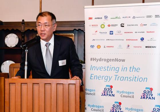 정의선 현대자동차그룹 수석부회장이 18일 일본을 방문했다. 사진은 지난달 일본에서 열린 G20 에너지환경장관회의 당시 수소위원회 만찬에서 공동회장 자격으로 환영사하는 모습.[사진 현대자동차그룹]