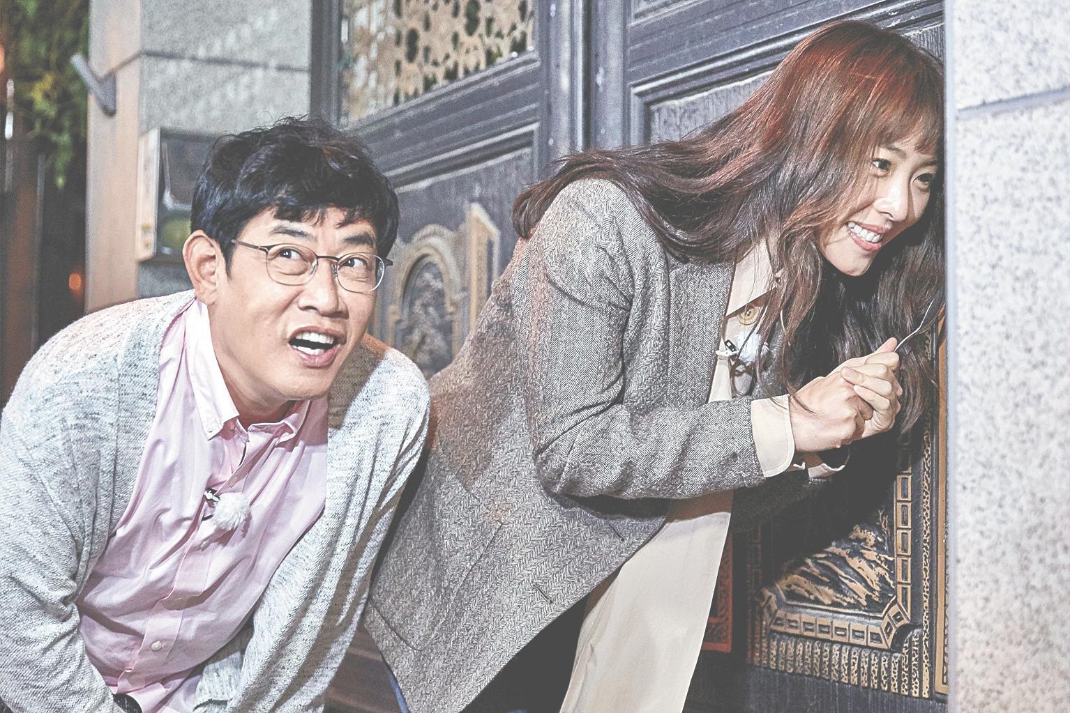 JTBC 예능 프로그램 '한 끼 줍쇼' 출연진이 무작위로 고른 한 집 문을 두드리고 있다. [JTBC]