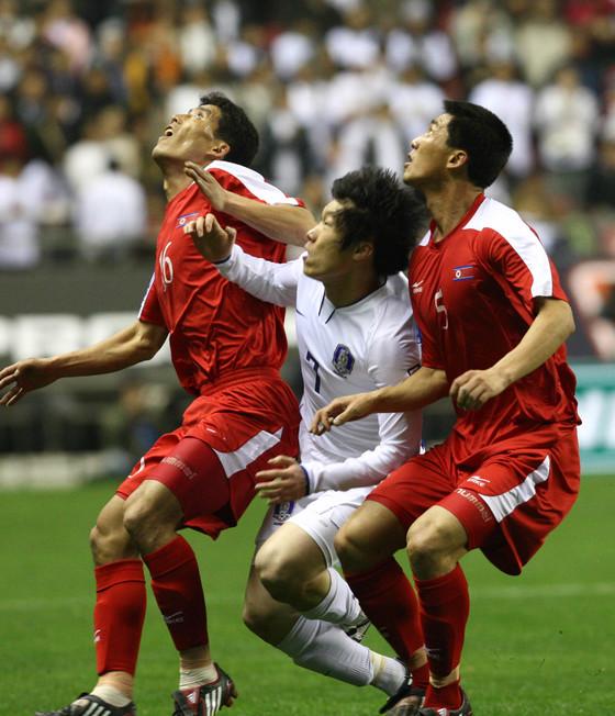 2008년 중국에서 열린 북한과 월드컵 아시아 예선에서 볼 경합 중인 박지성(가운데). [중앙포토]