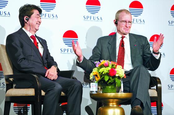 아베 신조 일본 총리(왼쪽)가 2015년 4월 사사카와평화재단(SPF) 미국 지부가 주최한 연례 포럼에 참석해 데니스 블레어 SPF 미국 지부 이사장과 대담하고 있다. [사진 SPF 미국 지부]