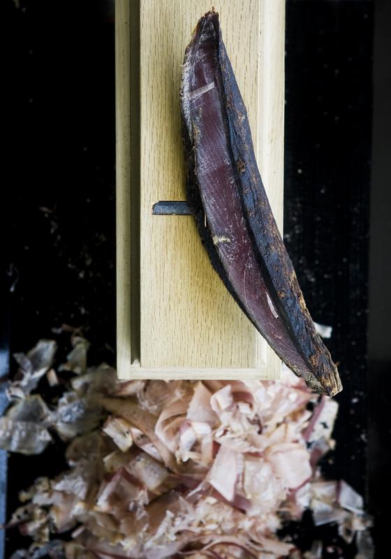 18일 한국소비자원은 시중에서 유통되는 일부 가쓰오부시 포와 분말 제품에서 벤조피렌이 허용기준을 초과한 것으로 나타났다고 발표했다. 사진은 가쓰오부시를 만드는 대패와 가다랑어 포이며 기사와는 무관하다. [중앙포토]