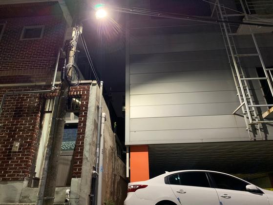 대구의 한 스크린골프장과 이웃집이 벽 하나를 두고 붙어있다. 김정석 기자