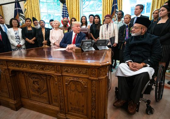 도널드 트럼프 미 대통령이 17일(현지시간) 백악관 집무실에서 종교 탄압 피해자들을 초청해 만났다. [EPA=연합뉴스]