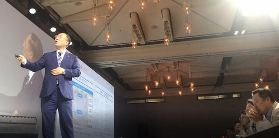 규제샌드박스를 설명하는 홍남기 경제부총리(왼쪽)의 강연을 듣고 상념에 잠긴 박용만 회장(오른쪽). 제주 = 문희철 기자.