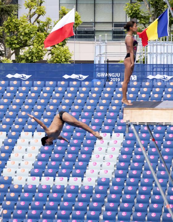 하이다이빙에 출전하는 각국 선수들이 17일 광주 조선대 축구장에 마련된 경기장에서 입수훈련을 하고 있다. 프리랜서 오종찬