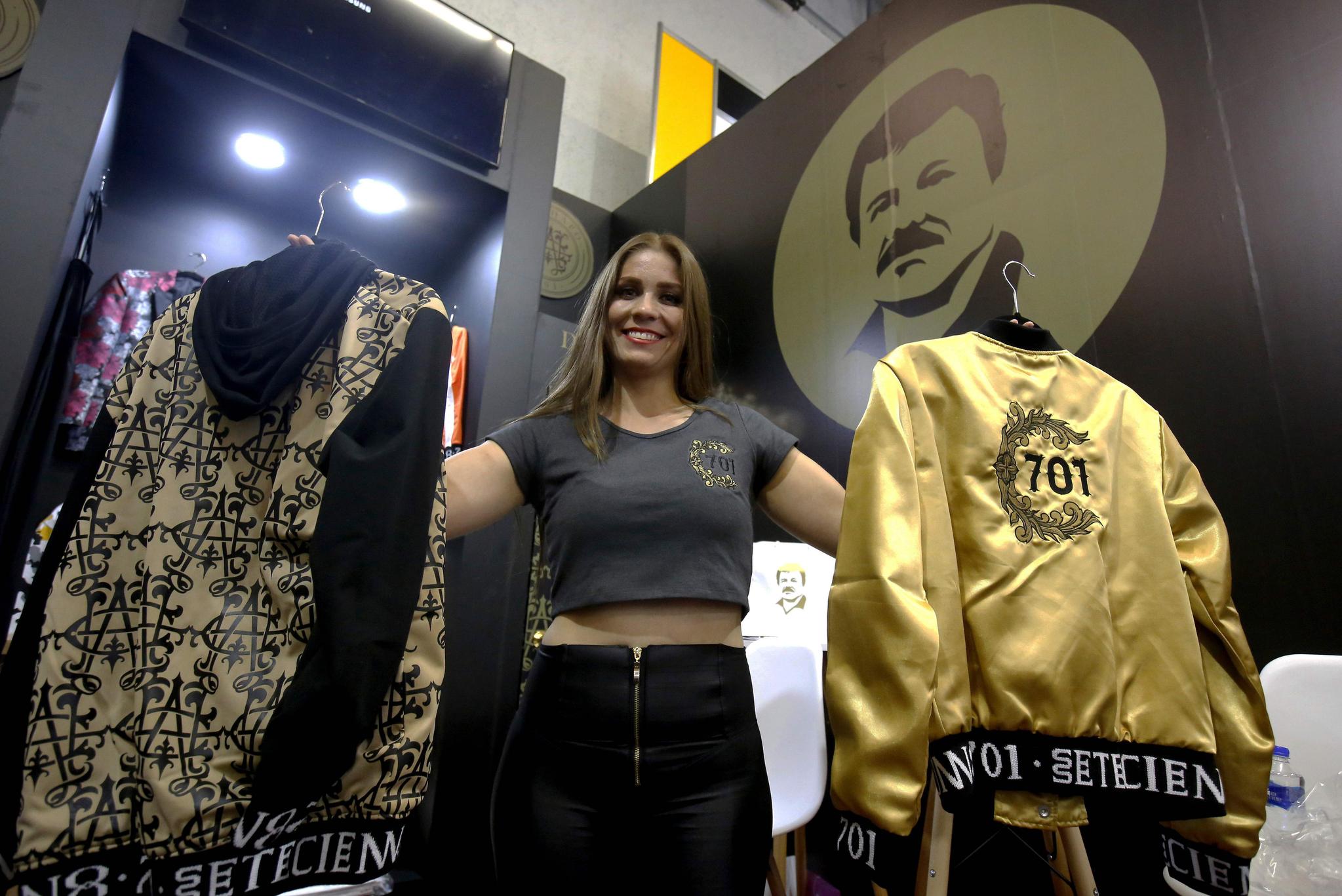 """한 모델이 16일(현지시간) 멕시코에서 열린 패션쇼(IM Intermoda Mexico Fashion Fair)에서 """"El Chapo 701""""의 옷을 소개하고 있다. [AFP=연합뉴스]"""
