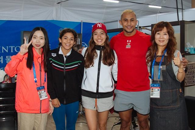 (왼쪽부터) 김한나 자원봉사자·호세 산체스 선수·멕시코 선수단 관계자· 자히르 선수·김남희 원장