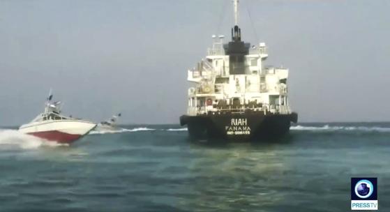 이란 군은 호르무즈 해협에서 자국 석유를 밀수하려 했다는 이유로 소형 유조선 리아호를 억류했다. 이란 고속정이 리아호 주변을 돌고 있는 모습 [AP=연합뉴스]