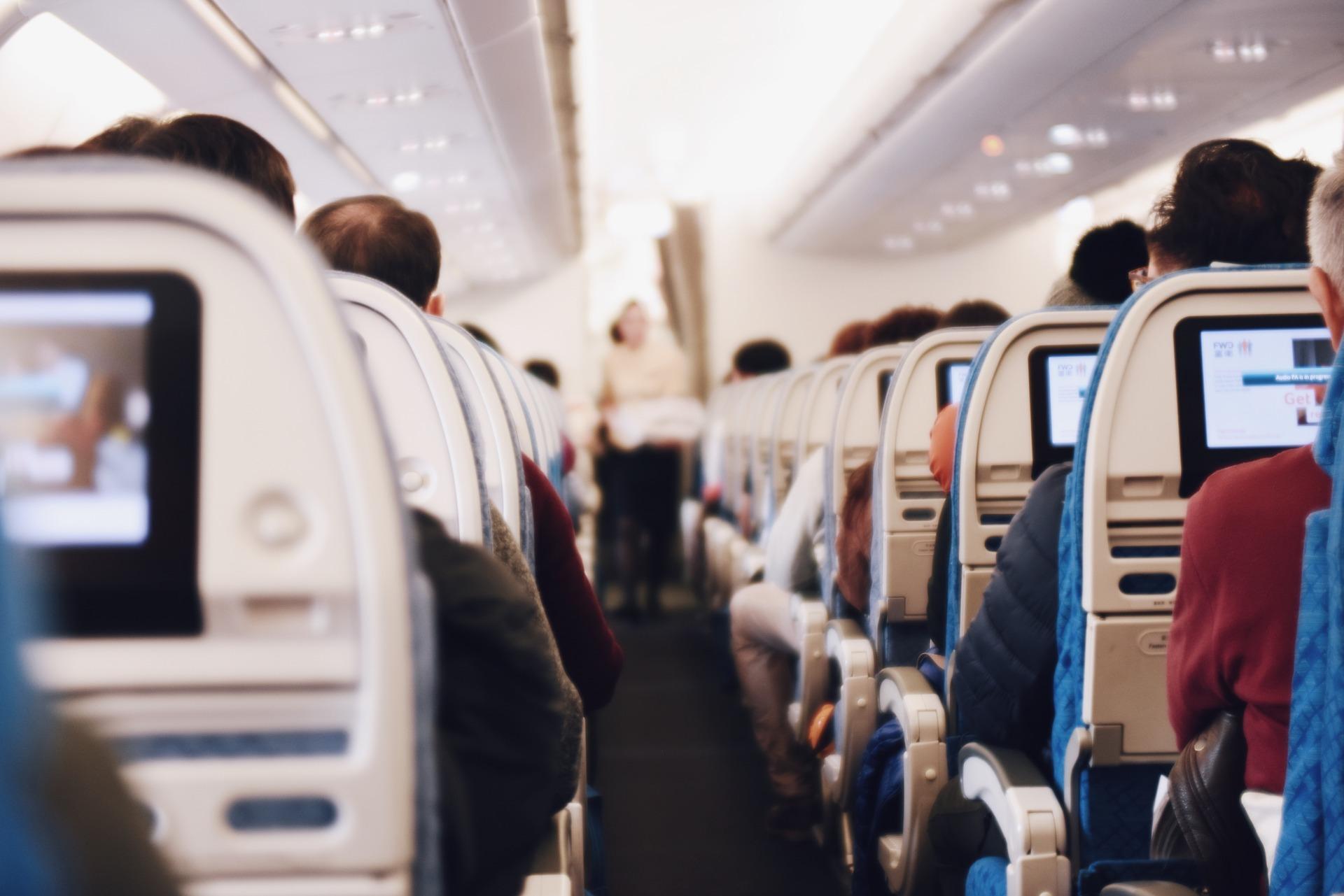 자발적 하기 요청이 있는 경우 승객 전원이 비행기에서 내렸다가 다시 타야하기도 한다. [중앙포토]