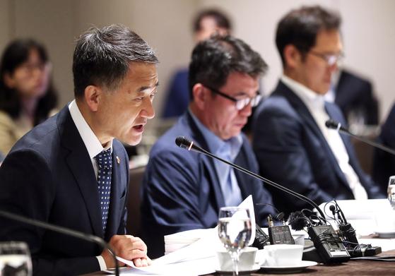 박능후 보건복지부 장관(맨 왼쪽)이 이달 5일 오전 서울 중구 더플라자호텔에서 열린 2019년도 제6차 국민연금기금운용위원회에서 발언하고 있다. [연합뉴스]