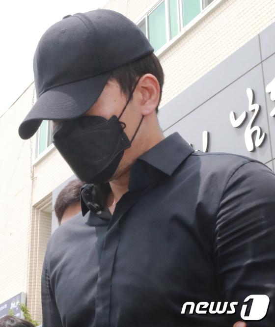 인천 도심 길거리에서 수차례 음란행위를 한 혐의로 체포된 프로농구 선수 정병국씨가 19일 오후 영장실질심사를 받기 위해 인천 남동경찰서를 나서고 있다. [뉴스1]