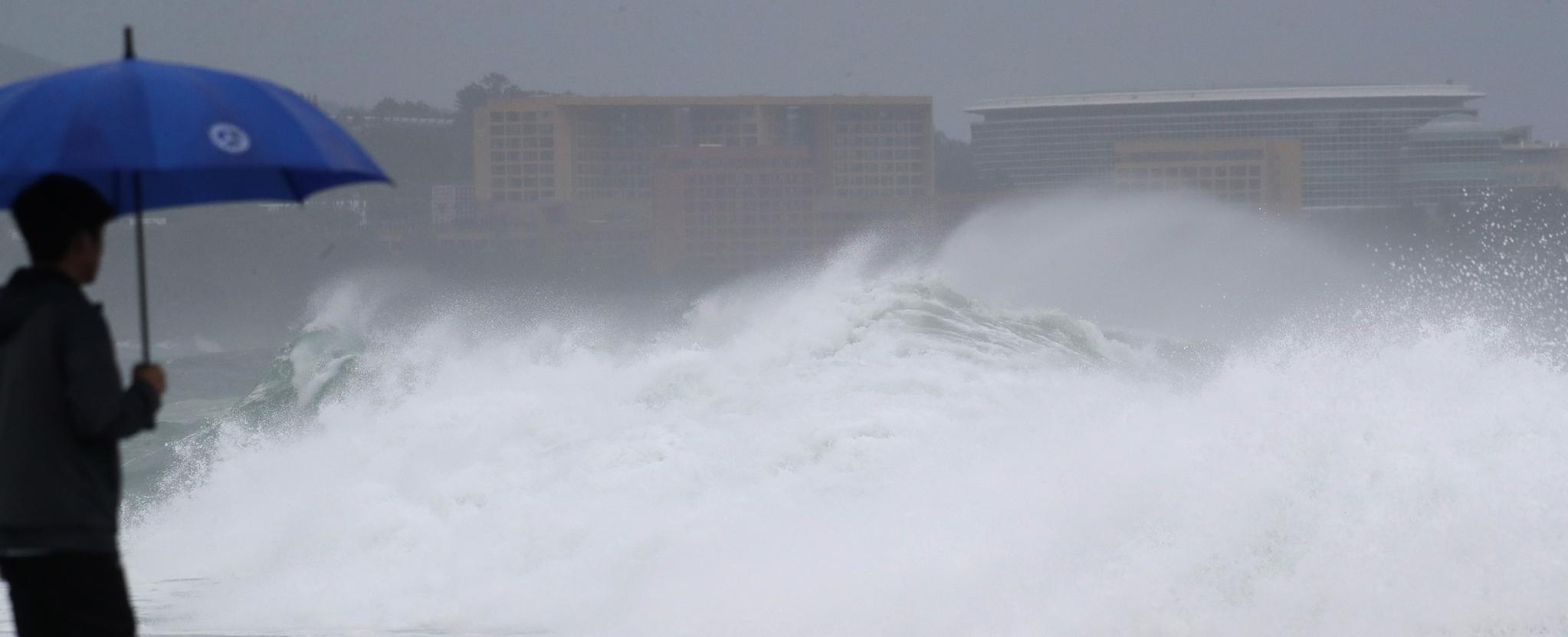 제5호 태풍 '다나스'가 북상 중인 19일 오전 제주 서귀포시 예래동 앞바다에 파도가 거세게 치고 있다. 다나스는 소형 태풍으로, 중심기압은 990hPa이고 최대 풍속은 초속 24m다. [연합뉴스]