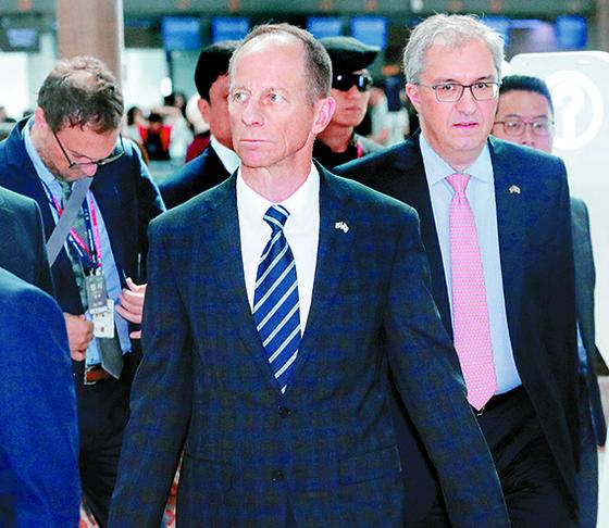 """데이비드 스틸웰 미 국무부 동아시아·태평양 담당 차관보(가운데)가 18일 인천공항을 통해 출국하고 있다. 이날 외교부 당국자는 '볼턴 보좌관의 방한에 대해 협의 중""""이라고 밝혔다. [뉴시스]"""