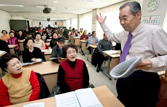 은퇴자는 사회에서 충분히 활약할 수 있는 귀한 인적자산이다. 어떤 분야에서 수십 년의 세월을 보낸 전문가이기도 하다. 은퇴한 시니어는 이렇게 쌓아 온 자신의 지혜를 주변에 나누면 좋다. 사진은 초등학교 교장을 은퇴한 뒤 서울의 노인복지관에서 노인에게 동요를 가르치는 어르신의 모습. [중앙포토]