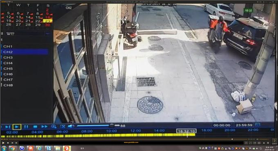 19일 서울 관악경찰서는 후진하는 차를 노려 일부러 교통사고를 유발한 뒤 돈을 받아낸 혐의로 27살 이모씨를 구속해 송치했다고 밝혔다. 사진은 이씨가 차에 일부러 왼팔을 갖다 대는 장면. [사진 서울 관악경찰서]