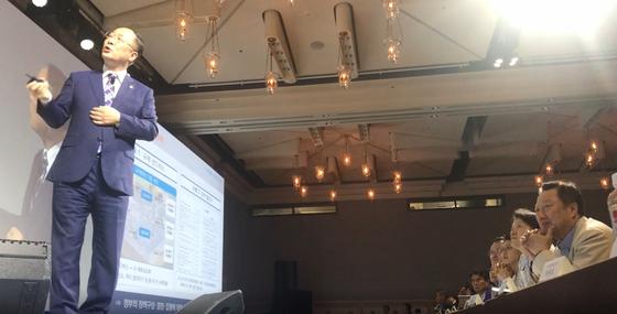 지난 17일 2019 제주포럼에서 박용만 대한상공 회의소 회장(맨 오른쪽)이 홍남기 경제부총리(왼쪽)의 강연을 듣고 있다. 문희철 기자