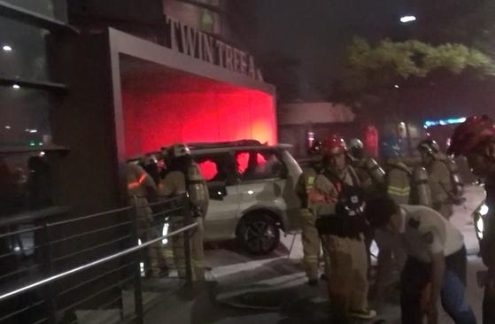 19일 오전 3시 24분께 서울 종로구 주한일본대사관 앞에 세워진 차에서 불이 나 70대 남성 1명이 크게 다쳤다. [연합뉴스]