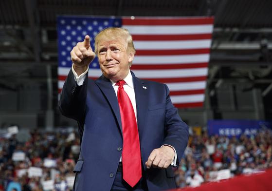 지난 17일(현지시간) 노스 캐롤라이나 그린빌 유세장에 도착하는 트럼프 대통령. [AP=연합뉴스]