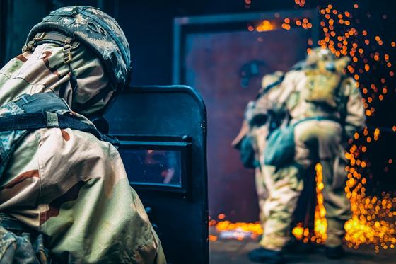 화생방 방호복과 가스 마스크 차림의 미군이 지하시설 철문을 용접기로 절단하고 진입하는 훈련을 벌이고 있다. [사진 미 제2 보병사단]