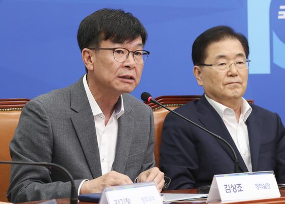 정의용 청와대 국가안보실장(오른쪽)이 16일 김상조 정책실장과 국회 더불어민주당 대표실에서 열린 일본 경제보복대책 당·청 연석회의에 참석했다. 임현동 기자