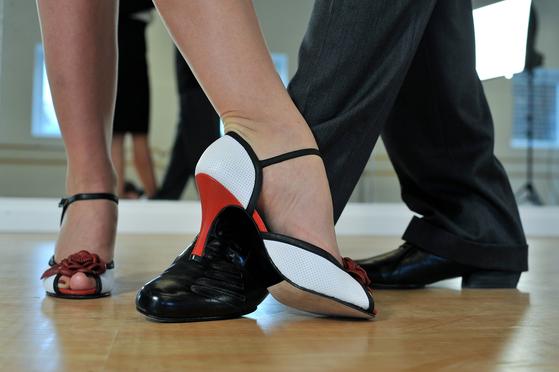 발 동작이 어렵고 리듬감이 떨어져 춤을 못 추겠다는 사람들이 있다. 처음에 두 가지를 다 잡으려고 하면 어려울지 몰라도, 각각 연습하면 쉽다. 특히 댄스스포츠는 춤을 어려워하는 사람도 편하게 즐길 수 있도록 만든 것이니 너무 걱정하지 않아도 된다. [사진 pixabay]