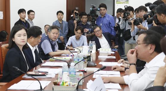 국회 환노위 고용노동소위의 유연근로제 관련 노사의견 청취 간담회가 18일 오전 국회에서 열리고 있다. 임현동 기자