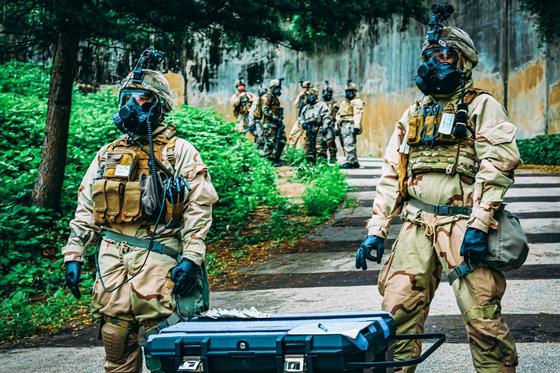 화생방 방호복과 가스 마스크 차림의 미군이 지하시설에서 WMD 핵심 부품을 확보해 밖으로 꺼내는 훈련을 하고 있다. [사진 미 제2 보병사단]
