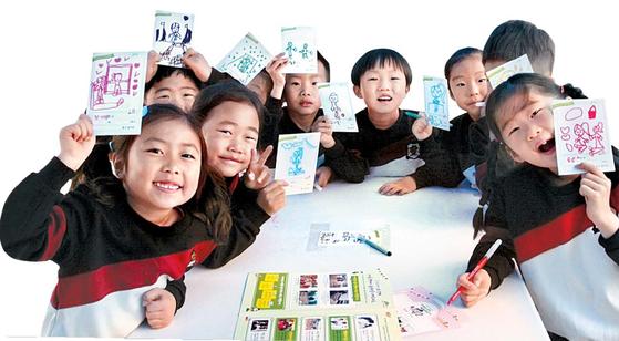 지난 4월 경기도 수원에서 열린 '2019 어린이날 어울림 한마당 대축제'에 참가한 어린이들. 엽서에 자신이 원하는 놀이를 적고 그렸다. 김나현 기자