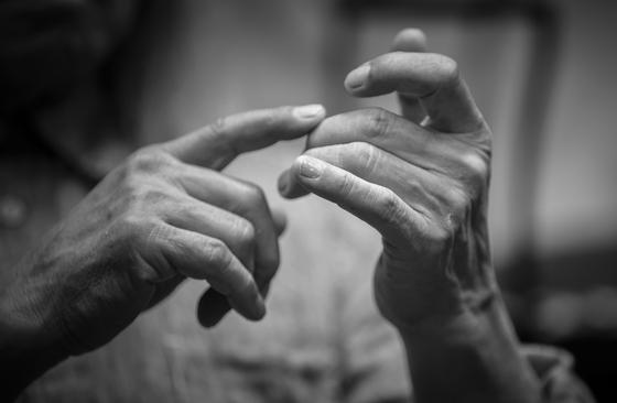 신중현이 33주법을 설명하고 있는 모습. 손 마디 하나 하나에도 60년 넘게 기타를 연주해온 세월의 흔적이 느껴졌다. 권혁재 사진전문기자