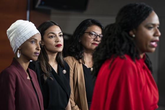 """트럼프 대통령이 """"너희들이 온 곳으로 돌아가라""""는 트윗을 올린 대상인 민주당 여성 의원들이 15일(현지시간) 미 의회에서 항의 기자회견을 하고 있다. [EPA=연합뉴스]"""