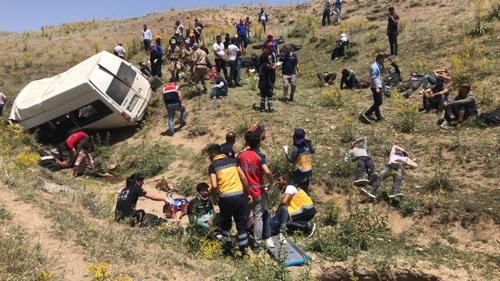 전복된 난민 버스와 구조활동 중인 터키 소방당국. [아나돌루=연합뉴스]