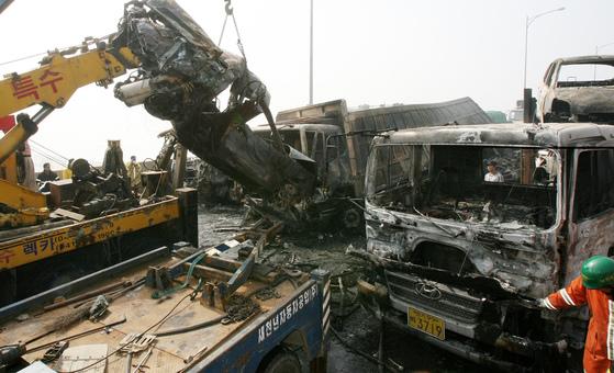 2006년 10월 3일 오전 경기도 평택시 포승면 만호리 서해안고속도록 상행선 서해대교에서 발생한 29중 추돌 사고현장.[중앙포토]