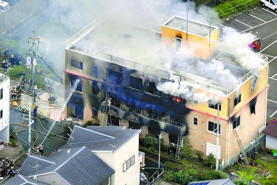 일본 '교토 애니메이션' 스튜디오에 18일 화재로 수십 명이 숨지거나 다치는 참사가 발생했다. NHK 등은 41세 남자가 휘발유로 보이는 액체를 뿌린 뒤 불을 질렀다고 보도했다. [신화=연합뉴스]