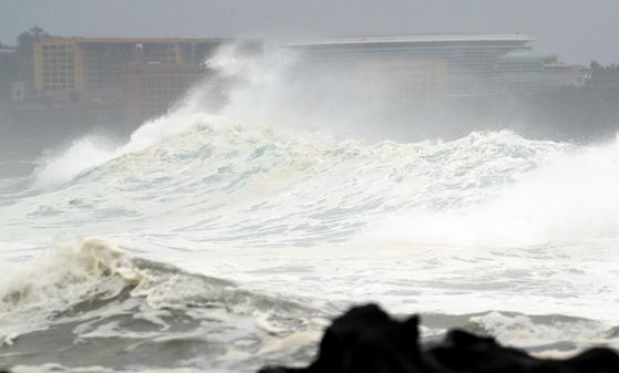 제5호 태풍 '다나스'가 북상 중인 19일 오전 제주 서귀포시 예래동 앞바다에 파도가 거세지고 있다. [연합뉴스]