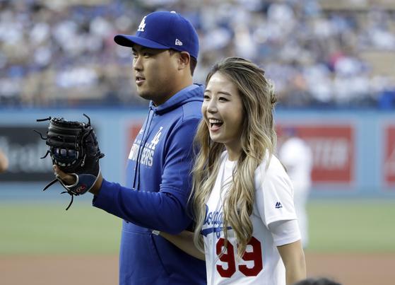 류현진이 지난 3일 다저스타디움에서 시구를 한 아내 배지현 씨와 웃고 있다. [AP=연합뉴스]