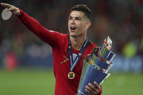 포르투갈의 유럽 네이션스리그 우승을 이끈 직후 트로피를 들고 환호하는 호날두. [EPA=연합뉴스]