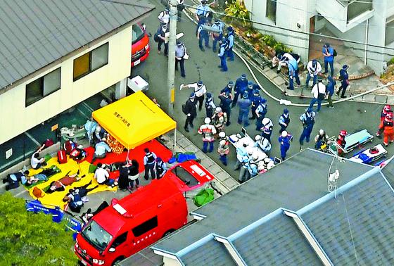 일본 '교토 애니메이션' 스튜디오 화재 참사현장에서 구조된 부상자들(사진 왼쪽). [AP=연합뉴스]