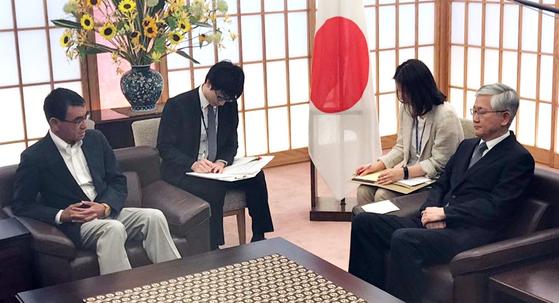 19일 일본 외무성에 초치된 남관표 주일 한국대사(오른쪽)가 고노 다로 일본 외상과 대화하고 있다. [연합뉴스]