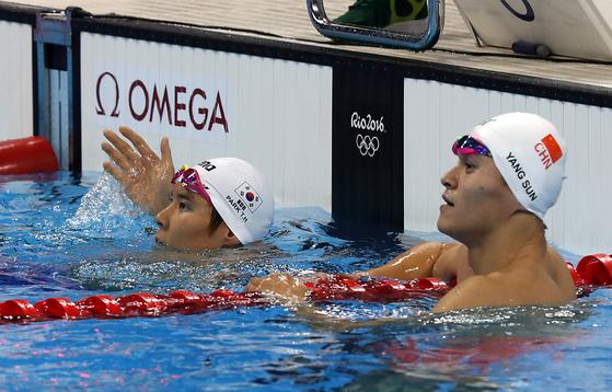지난 2016 리우올림픽 때 수영 남자 자유형 400m 예선에서 만났던 박태환(왼쪽)과 쑨양. [올림픽사진공동취재단]