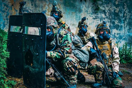 화생방 방호복과 가스 마스크 차림의 한국군과 미군이 방패에 몸을 가리고 있다. [사진 미 제2 보병사단]