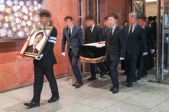 19일 오전 서울 신촌 세브란스병원 장례식장에서 고 정두언 전 새누리당 의원의 발인이 엄수되고 있다. [뉴스1]
