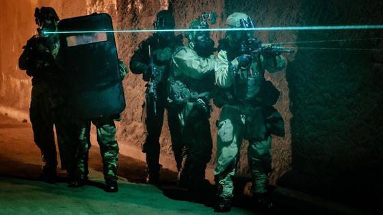 화생방 방호복과 가스 마스크 차림의 한국군과 미군이 지하시설에서 표적지시기로 수색하는 훈련을 하고 있다. [사진 미 제2 보병사단]
