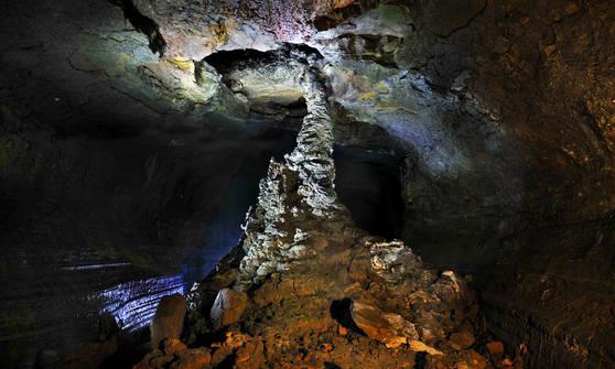 만장굴에서 볼 수 있는 7.6m 규모의 세계최대급 용암석주. [사진 제주도]