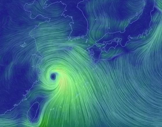 기류 흐름을 보여주는 '비주얼 맵'. 태풍의 아래쪽에서 불어들어가는 남풍과, 북태평양 고기압 가장자리 기류(오른쪽 아래)가 모이고 있다. 고기압 가장자리를 타고 흐르는 기류는 제주도 쪽으로 계속해서 바람과 비구름을 불어넣는 중이다. 태풍이 직진으로 이동하면서, 같은 자리에 똑같은 패턴으로 비구름이 유입돼 제주와 남부해안지방에 유독 비가 많이 오는 '비 태풍'이 만들어졌다. [자료 기상청]
