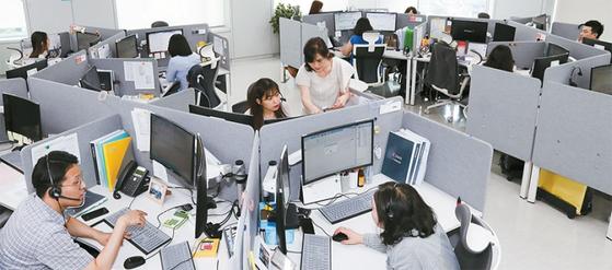 출범 2년째인 인터넷전문은행 케이뱅크의 서울 서대문구 콜센터. 정부는 케이뱅크와 카카오뱅크에 이은 세 번째 인터넷전문은행 인가를 재추진하고 있다.