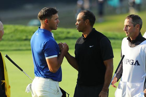 지난 5월 PGA 챔피언십에서 동반 라운드한 우즈와 켑카. [AFP=연합뉴스]