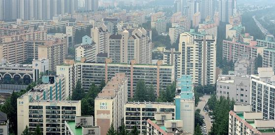 정부의 민간 택지 분양가 상한제 적용 검토 소식에 벌써부터 주택 공급 위축에 대한 우려가 커지고 있다.
