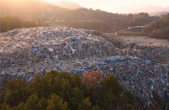 경북 의성군 단밀면 생송2리에 만들어진 이른바 '의성 쓰레기산' 전경. 허용보관량의 150배가 넘는 양의 폐기물이 쌓여 있다. [사진 대구지검 의성지청]