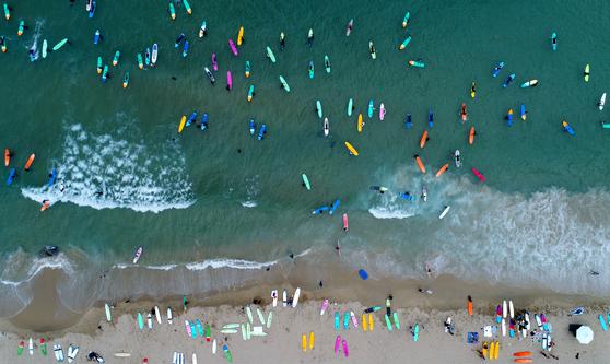 양양 죽도해변에서 서핑을 즐기는 피서객들. 드론촬영. 김경빈 기자